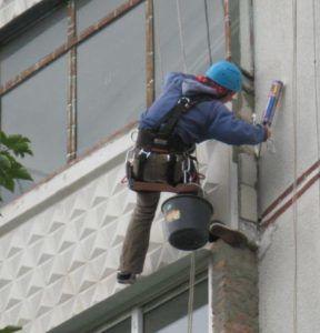 Герметизация балконов входит в услуги альпинистов