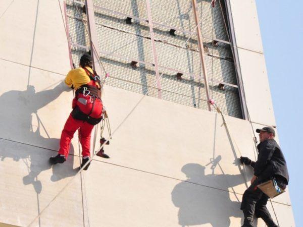 Плюсом промышленного альпинизма в том что работа может выполняться на любой высоте