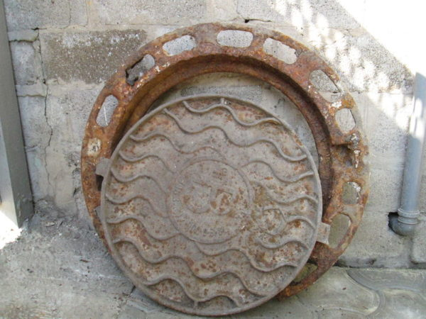 Канализационные люки категорически запрещено сдавать на металлолом