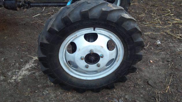 Покрышка на колесных дисках