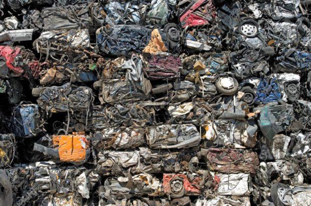 Стек раздавленных машин для переработки металлолома