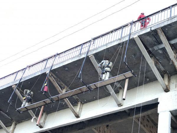 Стройка моста альпинистами